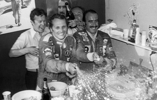 Lauda celebrando victoria y campeonato en Monza junto a Regazzoni