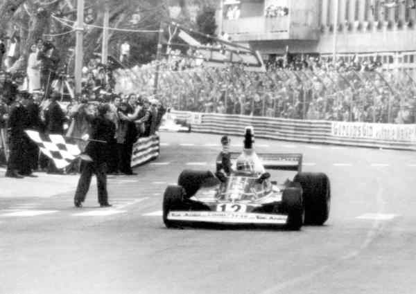 Lauda cruza la bandera a cuadros en el GP de Mónaco. Euforia en Ferrari.