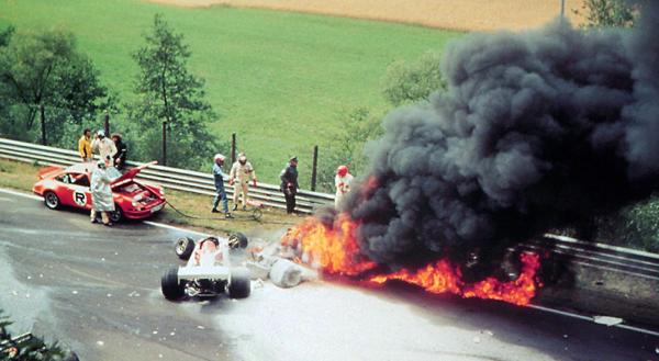 El monoplaza de Lauda ardiendo tras el gravísimo accidente de Nürburgring en 1976