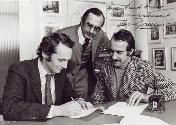 Lauda firmando su primer contrato con Ferrari junto a Regazzoni