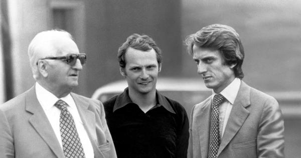 Lauda conversando con Enzo Ferrari y Montezemolo