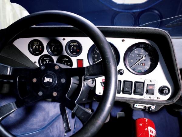 Justo delante del volante, la presión de aceite y la Tª, no los cuentarrevoluciones