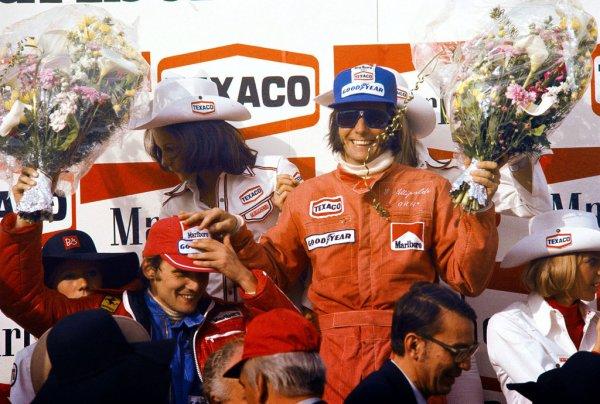 Niki junto a Fittipaldi en el podio del GP de Bélgica de 1974. Emerson ganó ese año el mundial.